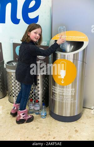 Junge Mädchen im Alter von sieben Jahren gießt Wasser in eine Flüssigkeit Entsorgen von Flüssigkeiten mit Sicherheit Kontrolle Check/Tasche Suche am Flughafen in der Schweiz zu entleeren. Nur eine kleine Menge Flüssigkeit kann durch Sicherheit und nicht für das Trinken/Getränke durchgeführt werden. (115) - Stockfoto