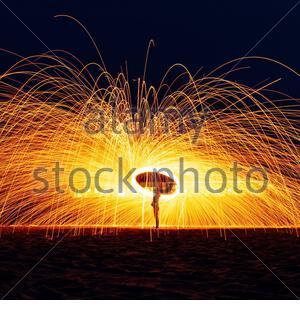 Stahlwolle in der Nacht drehen. - Stockfoto