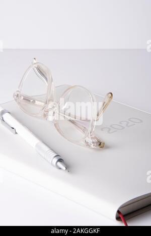Klare Brille und Stift auf einem 2020 Tagebuch - Stockfoto