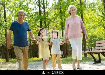 Ältere Paare mit Kindern einen Ausflug - Stockfoto