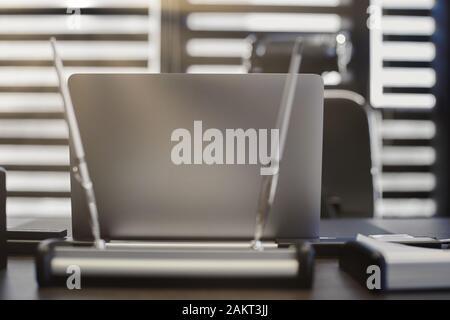 Moderne Büro- Arbeitsplatz. Business laptop Arbeitsplatz für Chef, Boss oder andere Mitarbeiter. Notebook auf Arbeitstisch. Büro groß Corporation. Licht thr - Stockfoto