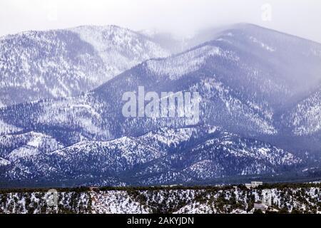 Stürmische trübe Winter Blick auf verschneite Methodistischen Berg; Sangre de Cristo Bereich; in der Nähe von Salida; Coloraod; USA - Stockfoto