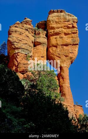"""Ein Porträtfoto einer Felsformation im Fay Canyon namens """"Fay's Child"""". Es befindet sich in der Nähe von Sedona Arizona. - Stockfoto"""