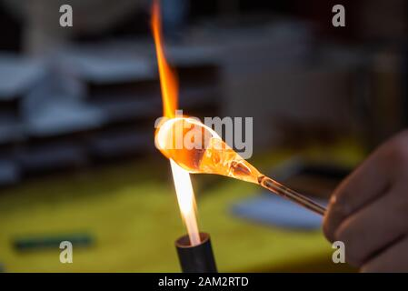 Arbeiten auf Glas mit Feuer Nahaufnahme in Guiling, Guangxi Provinz, China - Stockfoto