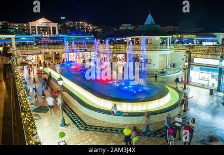 Musik und Fountain Show in einem Einkaufszentrum am Boulevard Avenida de las Americas in der beliebten Stadt von Los Cristianos auf Teneriffa. - Stockfoto