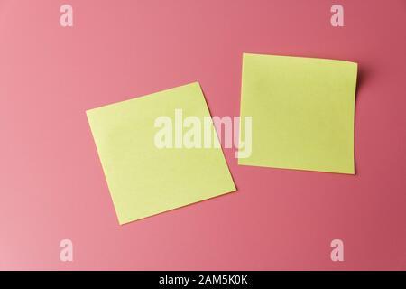 Zwei gelbe Erinnerungen mit Haftnotizen auf rotem Hintergrund - Stockfoto