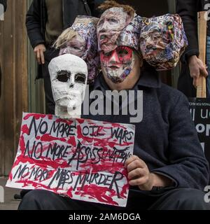 """London, Großbritannien. 11 Jan, 2020. Nach der Ermordung von Qasim Soleimani in Bagdad von den USA und der zunehmenden Spannungen im Nahen Osten, Demonstranten marschierten durch die Londoner """"kein Krieg gegen den Iran """"Nachfrage"""", Truppen kein Krieg gegen den Irak und aus dem Irak"""". Sie sammelten in Trafalgar Square reden von einer Reihe von Menschen, darunter auch Jeremy Crobyn zu hören. Die Veranstaltung wurde gemeinsam von der Stoppt den Krieg Koalition und der Kampagne für Nukleare Abrüstung und ähnliche Veranstaltungen statt um Großbritannien organisiert worden. Quelle: David Rowe/Alamy leben Nachrichten - Stockfoto"""