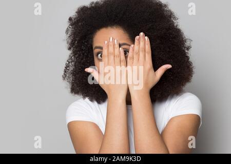 Betonte besorgt afroamerikanische junge Dame, die aus den Händen schaut. Stockfoto