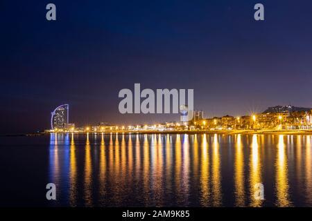 Blick auf die Küste Barcelonas bei Nacht - Stockfoto