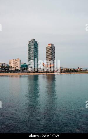 Barcelona, SPANIEN - 3. JANUAR 2020: Zwillingstürme von Torre Mapfre am Nachmittag. Mittelmeerküste, Vila Olímpica del Poblenou in Barcelona, Spanien - Stockfoto