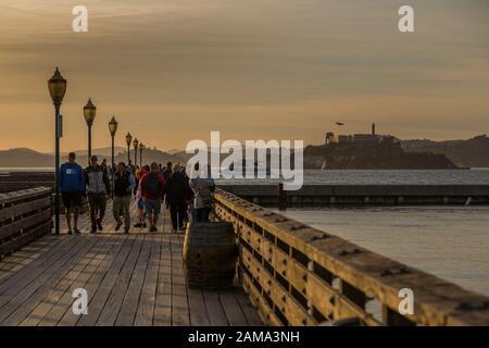 Blick auf Alcatraz und Pier in Fishermans Wharf bei Sonnenuntergang, San Francisco, Kalifornien, Vereinigte Staaten von Amerika, Nordamerika - Stockfoto