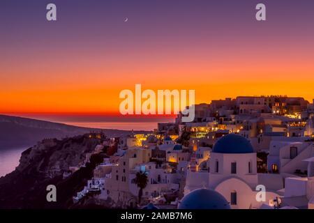 Griechenland. Thira Island. Dächer von Oia bei einem farbenfrohen Sonnenuntergang - Stockfoto