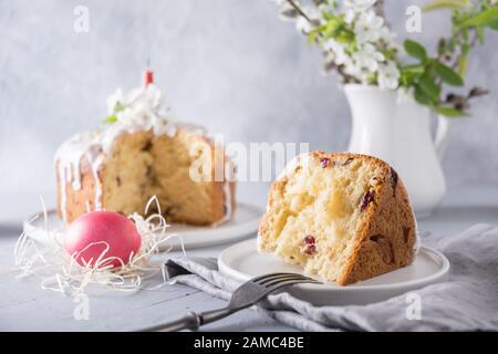 Österr. Orthodoxe Kuchen und buntes rotes Ei, Frühlingsblumen. Nahaufnahme. Urlaub traditionelles Frühstück. - Stockfoto