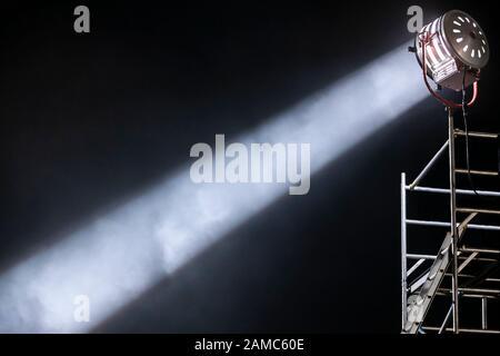 Starker und fokussierter diagonaler Lichtstrahl aus einem Scheinwerferlicht für die Filmbeleuchtung - Stockfoto