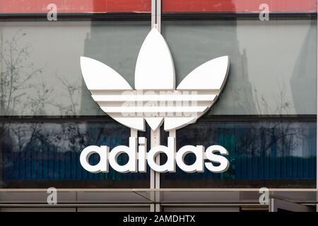 """Shanghai, China. Januar 2020. Die Marke """"Adidas Originals"""" von Adidas, eine Reihe von Sportbekleidung unter der deutschen multinationalen Sportbekleidungsmarke Adidas, Logo in Shanghai. Credit: Alex Tai/SOPA Images/ZUMA Wire/Alamy Live News - Stockfoto"""