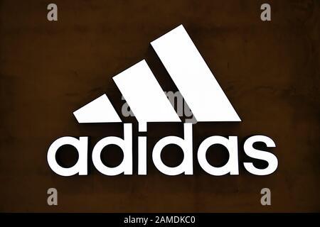 Shanghai, China. Januar 2020. Das deutsche multinationale Sportbekleidungsunternehmen Adidas Logo in Shanghai. Credit: Alex Tai/SOPA Images/ZUMA Wire/Alamy Live News - Stockfoto