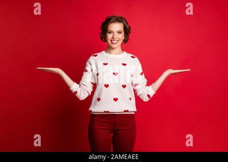 Portrait von ihr schönes, fröhliches fröhliches Mädchen, das zwei Palmenobjekte hält und sich für eine Entscheidung entscheidet, die isoliert über hell demonstriert wird - Stockfoto