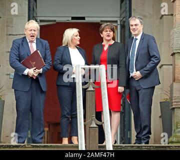 Premierminister Boris Johnson (links), Erste Ministerin, Arlene Foster von der DUP (Mitte rechts), stellvertretende Erste Ministerin Michelle O'Neill (Mitte links) von Sinn Fein und Staatssekretär für Nordirland, Julian Smith (rechts) während ihres Besuchs in Stormont, Belfast.