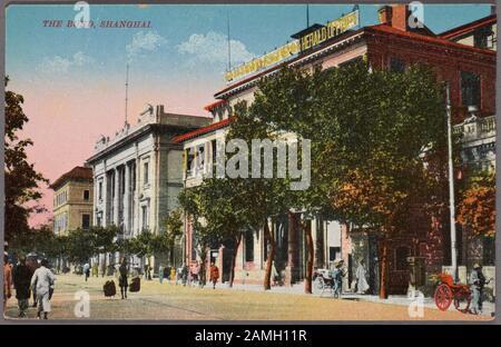 Illustrierte Postkarte mit Gebäuden im Kolonialstil entlang des Bundes, Shanghai, China, herausgegeben von Young Photo Co, 1912. Aus der New York Public Library. () - Stockfoto