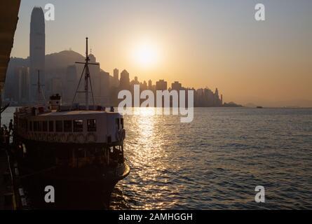 Sonnenuntergang in Hongkong; Sonnenuntergang über Hong Kong Island vom Star Ferry Pier, Kowloon Side, Hong Kong Asia - Stockfoto