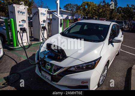 Nissan Leaf Elektroauto wird an der EVgo Wiederaufladestation in Kalifornien Evgo Ladestationen aufgeladen - Stockfoto