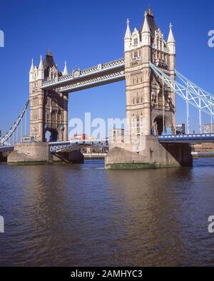 Tower Bridge von North Bank, Southwark, Greater London, England, Großbritannien - Stockfoto