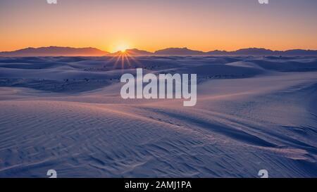 Sonnenuntergang über den San Andres Mountains und Sanddünen im White Sands National Park, New Mexico, USA. - Stockfoto