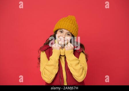 Glückliche Kindheit. Wintermode für Kinder. Gute Winterferien. Fühlen Sie sich warm und glücklich. Fröhliches lächelndes Hüftkind langes Haar in stilvollem Outfit. Winterideen zum Spaß. Modegeschäft. - Stockfoto