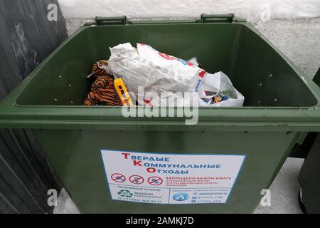 Nowosibirsk, Russland. Januar 2020. Nowosibirsk, RUSSLAND - 14. JANUAR 2020: Ein Container für kommunalen Feststoffabfall im Zentralbezirk. Kirill Kukhmar/TASS Credit: ITAR-TASS News Agency/Alamy Live News - Stockfoto