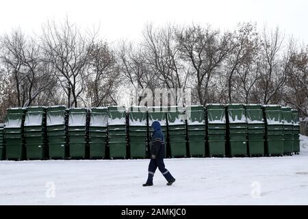 Nowosibirsk, Russland. Januar 2020. Nowosibirsk, RUSSLAND - 14. JANUAR 2020: Behälter für kommunalen festen Abfall, die bei der Arctic City Müllabfuhr gesammelt wurden. Kirill Kukhmar/TASS Credit: ITAR-TASS News Agency/Alamy Live News - Stockfoto