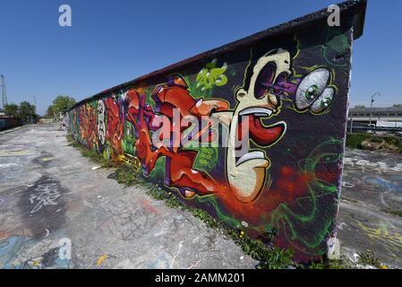 Mit Graffiti bemalte Wand auf dem Gelände des alten Viehhofes in der Münchner Isar-Vorstadt. [Automatisierte Übersetzung] - Stockfoto
