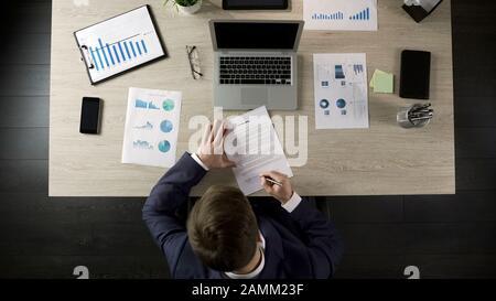 Rich man Signing Living wird dokumentieren und das Unternehmen dem Geschäftspartner überlassen - Stockfoto