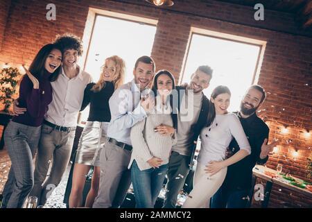 Foto von festlichen beste Freunde feiern überraschung Baby party Gruß Zukunft junge Eltern umarmen, Porträts Konfetti fallende formalwear - Stockfoto