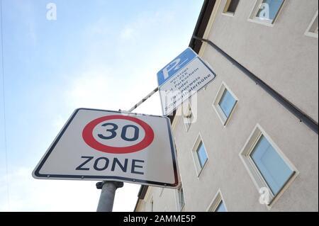 Verkehrszeichen in einer verkehrsberuhigten (Tempolimit 30 km/h) Parkplatzlizenzzone auf der Schwanthaler Höhe. [Automatisierte Übersetzung] - Stockfoto