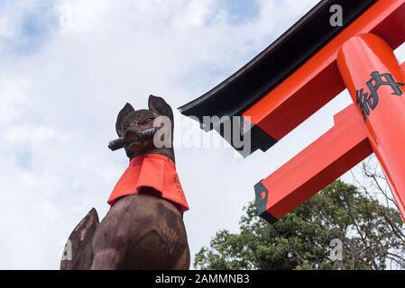 Kyoto, JAPAN-Nov 28:Stone Skulptur der Fuchsstatue im Fushimi inari taisha Schrein am 28.11.2016. Der Fushimi inari taisha-schrein ist einer von ATT - Stockfoto
