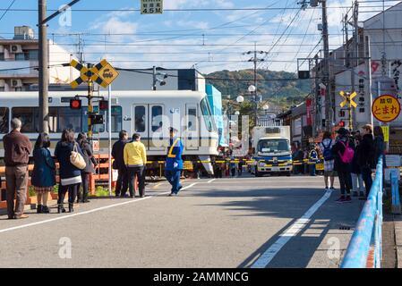 Kyoto, JAPAN - 28. November: Die Leute, die auf den japanischen JR-Zug warten, passieren die Straßenkreuzung am 28.2106. November. Die JR Group liegt im Herzen Von Jap - Stockfoto