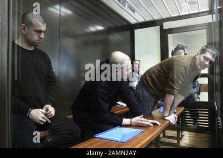 Moskau, Russland. Januar 2020. Moskau, RUSSLAND - 14. JANUAR 2020: Mitglieder der Anarchistengruppe Novoye Velichiye (New Greatness), Ruslan Kostylenkov, Vyacheslav Kryukov und Pjotr Karamzin (L-R), die der Gründung einer extremistischen Organisation angeklagt sind, nehmen an einer Anhörung eines gegen sie gerichtlichen Vorgehens am Moskauer Bezirksgericht Lyublinsky Teil; Zehn Mitglieder der Gruppe Novoye Velichiye wurden im März 2018 wegen Extremismusvorwürfen verhaftet; nach Angaben der Ermittler versuchte die Gruppe, die russische Regierung zu stürzen. Alexander Shcherbak/TASS Credit: ITAR-TASS News Agency/Alamy Live News - Stockfoto