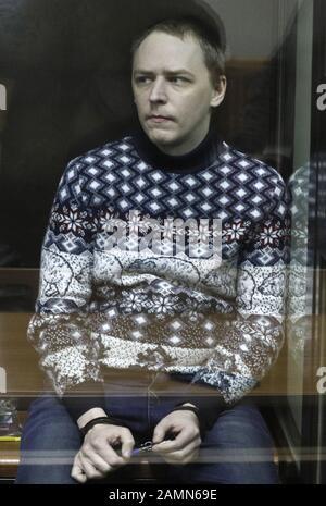 """Moskau, Russland. Januar 2020. Moskau, RUSSLAND - 14. JANUAR 2020: Ein Mitglied der Anarchistengruppe """"Novoye Velichiye (New Greatness)"""", Dmitry Poletajew, der beauftragt ist, eine extremistische Organisation zu schaffen, nimmt an einer Anhörung eines gegen ihn gerichteten Falls am Moskauer Bezirksgericht Lyublinsky Teil; Zehn Mitglieder der Gruppe Novoye Velichiye wurden im März 2018 wegen Extremismusvorwürfen verhaftet; nach Angaben der Ermittler versuchte die Gruppe, die russische Regierung zu stürzen. Alexander Shcherbak/TASS Credit: ITAR-TASS News Agency/Alamy Live News - Stockfoto"""