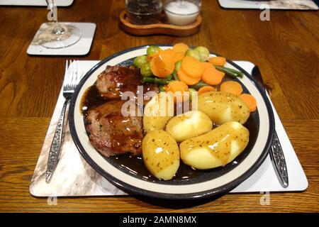 Teller mit hausgemachten Gebratene Lamm, gekochte Kartoffeln und Gemüse in Mint Sauce. - Stockfoto