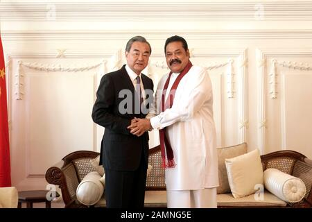 Colombo, Sri Lanka. Januar 2020. Sri-lankische Premierminister Mahinda Rajapaksa (R) trifft sich mit dem chinesischen Staatsrat und Außenminister Wang Yi in Colombo, Sri Lanka, 14. Januar 2020. Credit: Tang Lu/Xinhua/Alamy Live News - Stockfoto