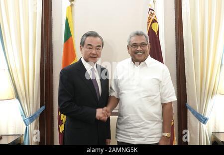 Colombo, Sri Lanka. Januar 2020. Der Präsident von Sri Lanka, Gotabaya Rajapaksa (R), trifft sich mit dem chinesischen Staatsrat und Außenminister Wang Yi in Colombo, Sri Lanka, am 14. Januar 2020. Credit: Tang Lu/Xinhua/Alamy Live News - Stockfoto