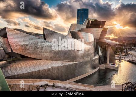 Spanien, BILBAO - 06. APRIL 2016: Das Guggenheim Museum Bilbao. Das Guggenheim Museum Bilbao ist eines der meistbewunderten Werke zeitgenössischer Architektur. - Stockfoto