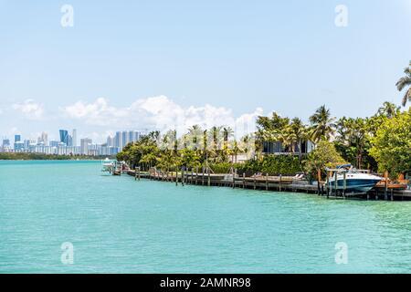 Bal Harbour, Miami Florida mit hellgrünem türkisfarbenem Ozean Biscayne Bay Intracoastal Water und Skyline von Sunny Isles Beach - Stockfoto