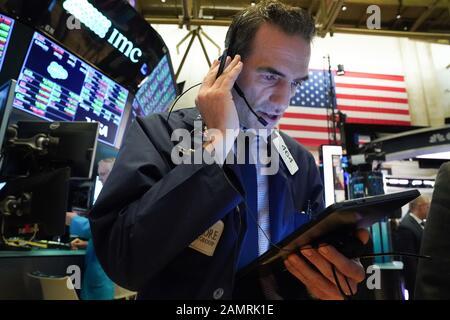 New York, NY, USA. Januar 2020. Händler arbeiten am 14. Januar 2020 in New York am Boden der New Yorker Börse. Kredit: Bryan Smith/ZUMA Wire/Alamy Live News - Stockfoto