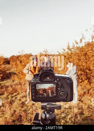 Drei Personen, die in einer Herbstlandschaft fotografiert werden, Niederlande - Stockfoto