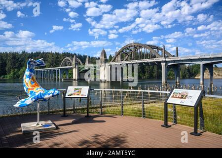 Siuslaw Riverfront Park und Siuslaw River Bridge in Florenz an der zentralen Küste von Oregon. - Stockfoto