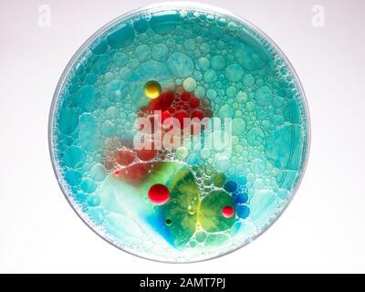 Seifenblasen und Acrylfarbe in Öl - Stockfoto