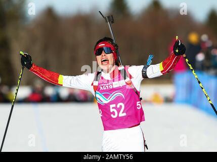 Les Rousses, Frankreich. Januar 2020. Marcin Zawol aus Polen feiert nach dem 7,5 km langen Biathlon-Sprint der Männer bei den 3. Olympischen Winter-Olympischen Spielen in Les Tuffes Nordic Centre in Les Rousses, Frankreich, 14. Januar 2020. Credit: Shan Yuqi/Xinhua/Alamy Live News - Stockfoto