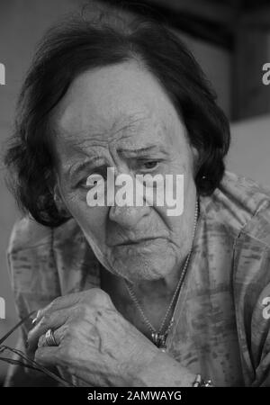 Ein Schwarz-Weiß-Porträt einer alten Frau, die ein Ausdruck der verärgerten - Stockfoto