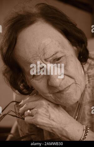 Eine sepia Porträt einer alten Frau, die Ausdruck der Sorge - Stockfoto